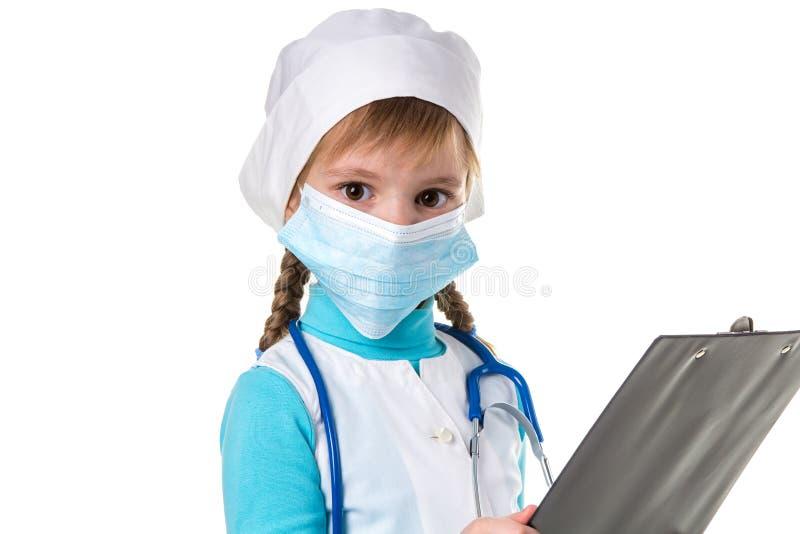 Chiuda su dell'infermiere medico femminile con lo stetoscopio e la maschera scrive una nota in taccuino contro fondo bianco, esam fotografie stock