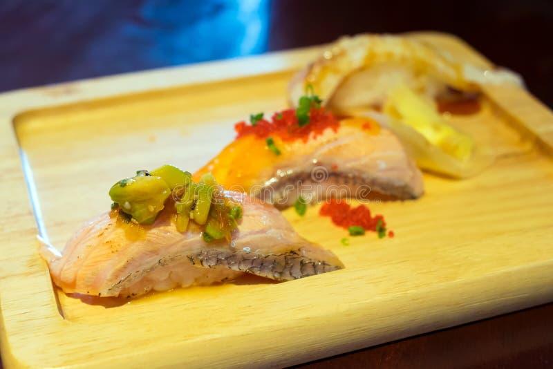 Chiuda su dell'insieme di color salmone dei sushi della pelle fotografia stock