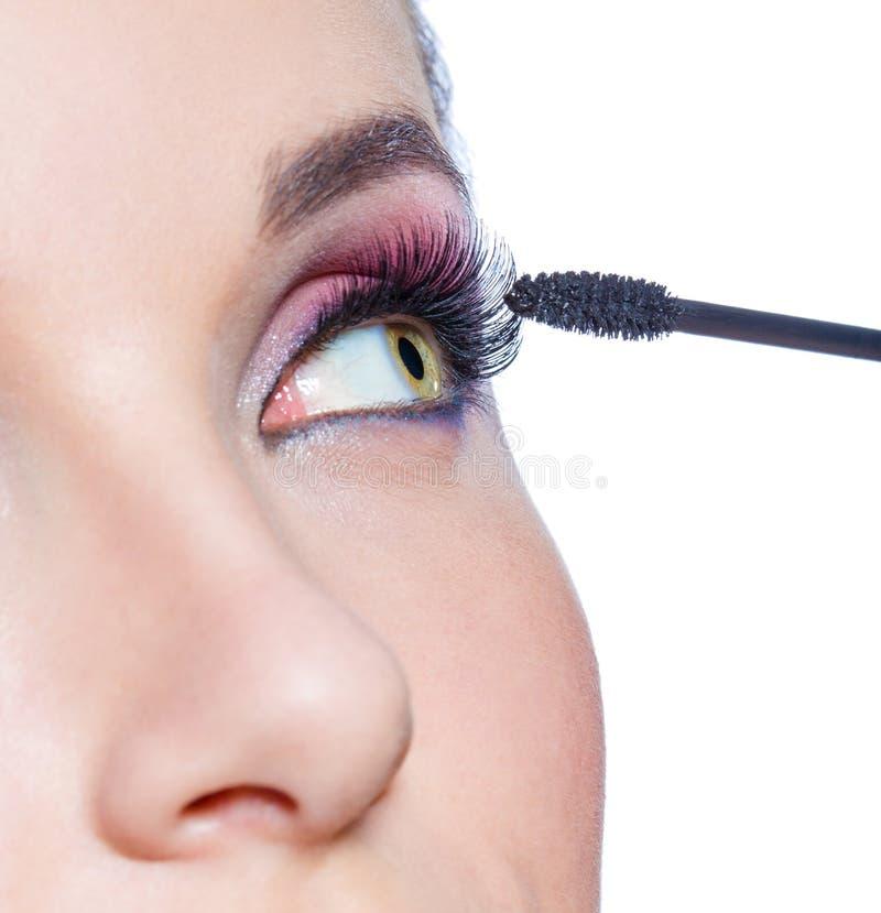 Chiuda su dell'occhio femminile con trucco luminoso immagini stock libere da diritti