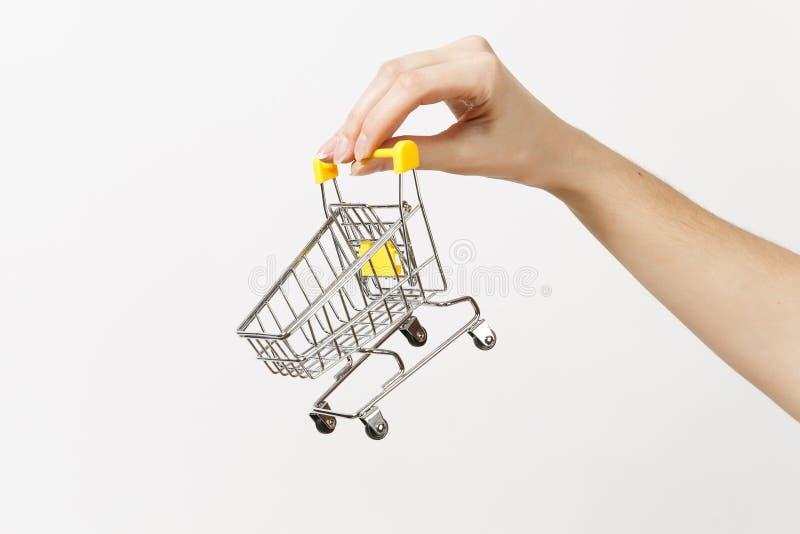 Chiuda su dell'orizzontale femminile della mano tiene il carrello del metallo del giocattolo con la maniglia di plastica gialla i immagine stock libera da diritti