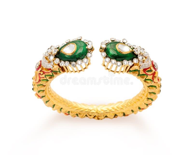 Chiuda su dell'oro del progettista e del braccialetto del diamante fotografia stock libera da diritti