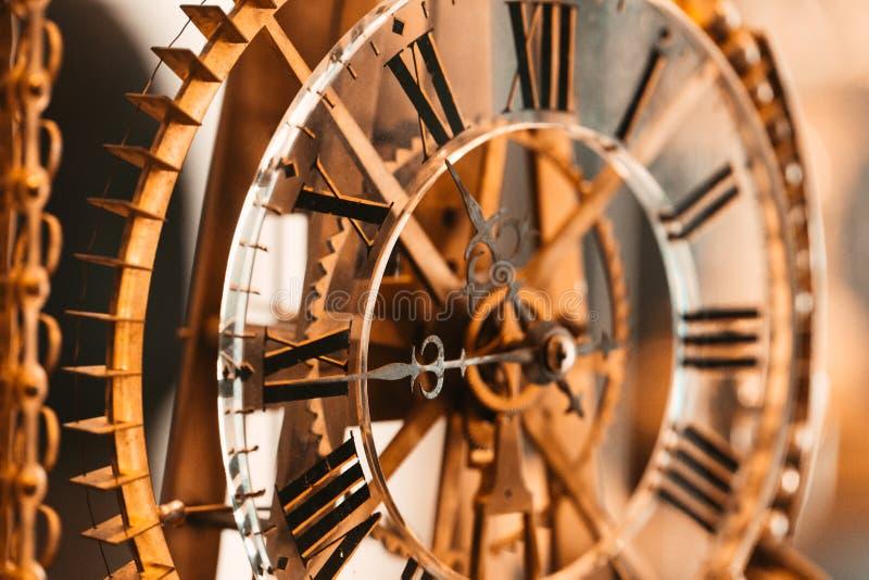 Chiuda su dell'orologio da tasca d'annata che mostra gli ingranaggi immagine stock libera da diritti