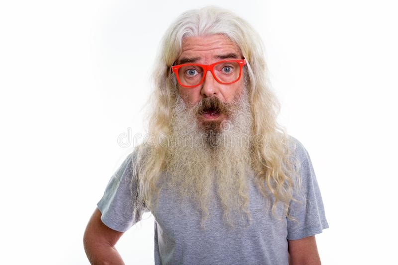 Chiuda su dell'uomo barbuto senior che sembra colpito mentre indossano l'occhio immagine stock libera da diritti