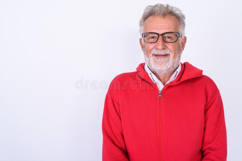Chiuda su dell'uomo barbuto senior felice che sorride contro il backg bianco immagini stock libere da diritti