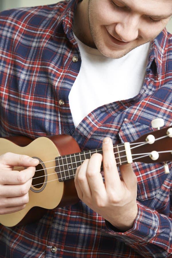 Chiuda su dell'uomo che gioca le ukulele fotografie stock