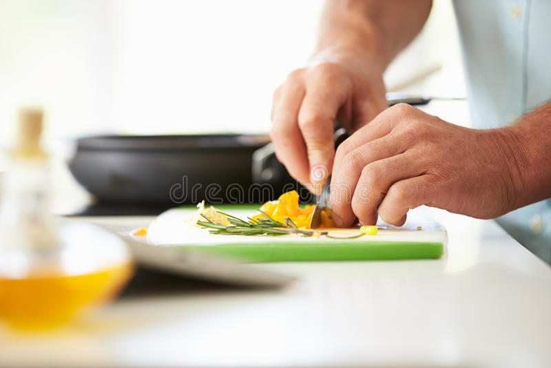 Chiuda su dell'uomo che prepara gli ingredienti per il pasto immagine stock
