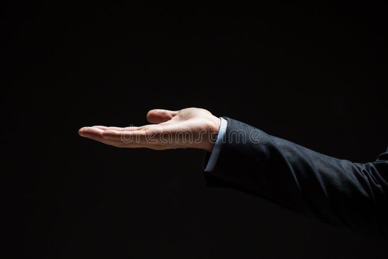 Chiuda su dell'uomo d'affari con la mano vuota immagini stock libere da diritti