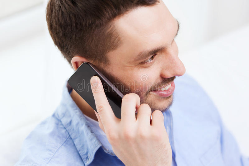 Chiuda su dell'uomo d'affari sorridente con lo smartphone fotografie stock libere da diritti