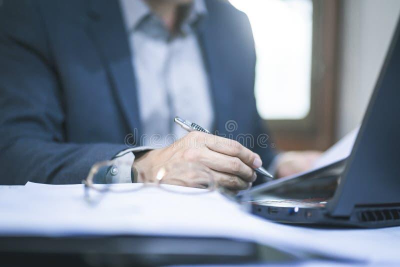 Chiuda su dell'uomo di affari che lavora all'ufficio fotografia stock
