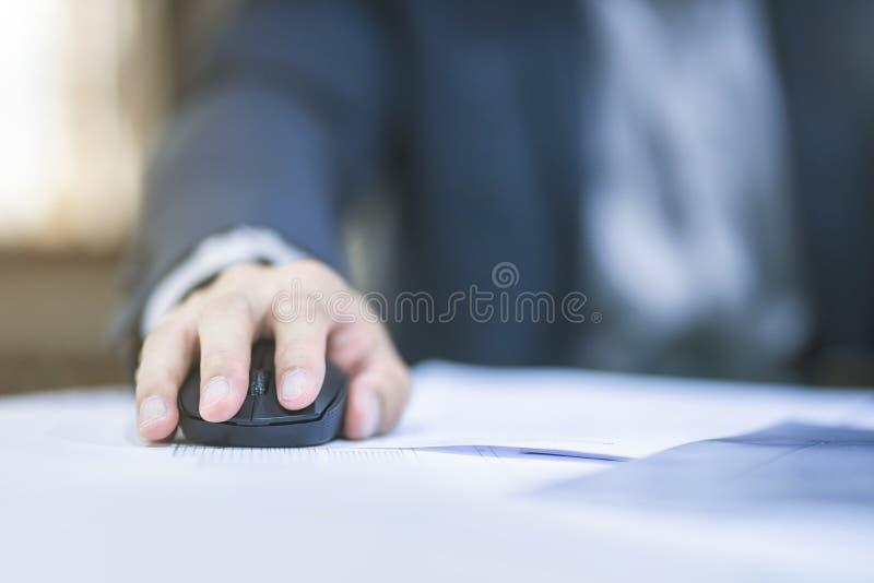 Chiuda su dell'uomo di affari che lavora all'ufficio fotografie stock