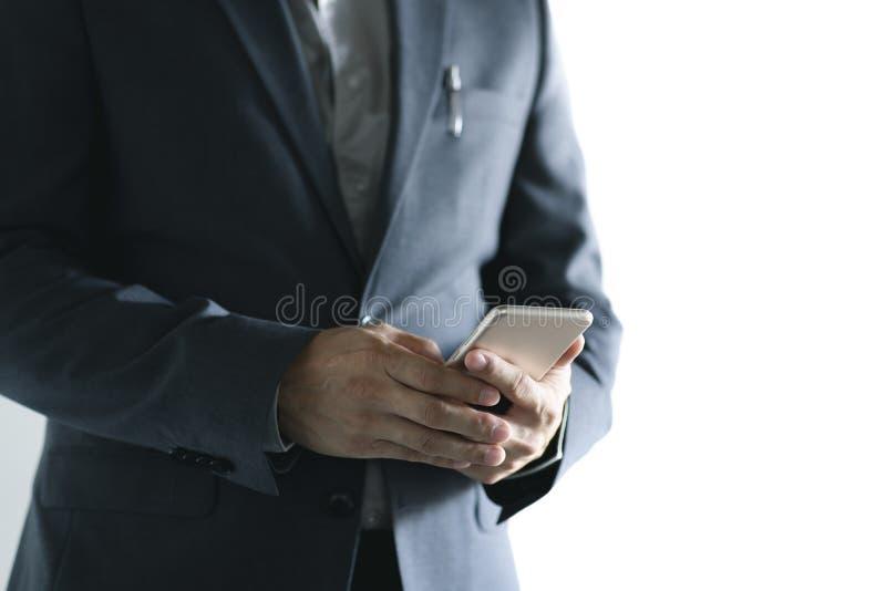 Chiuda su dell'uomo di affari che lavora all'ufficio immagine stock