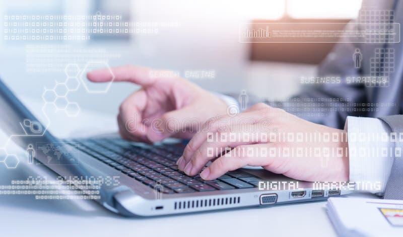 Chiuda su dell'uomo di affari che scrive sul computer portatile con il technolo immagini stock