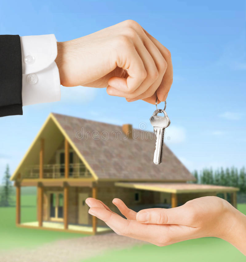 Chiuda su dell'uomo e della donna con le chiavi della casa immagini stock libere da diritti