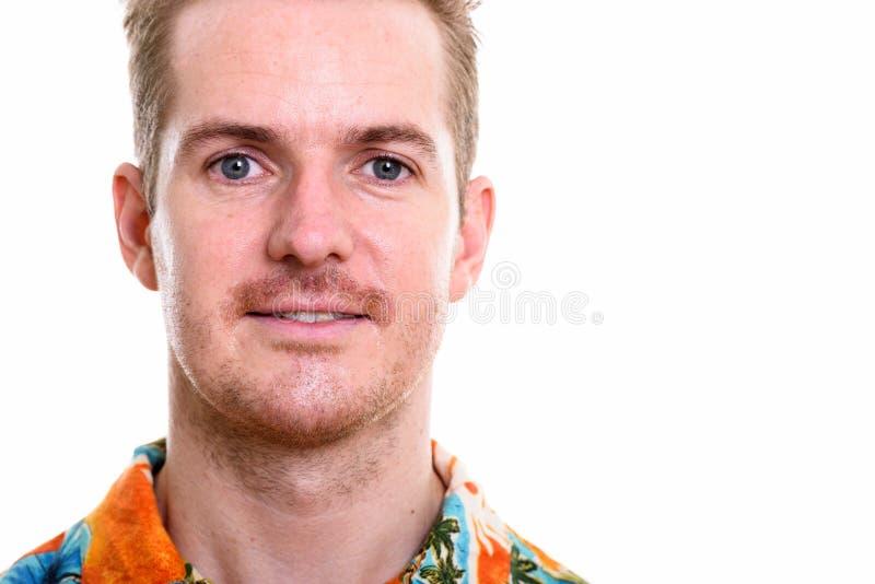 Chiuda su dell'uomo felice che sorride mentre portano la camicia hawaiana pronta fotografia stock libera da diritti