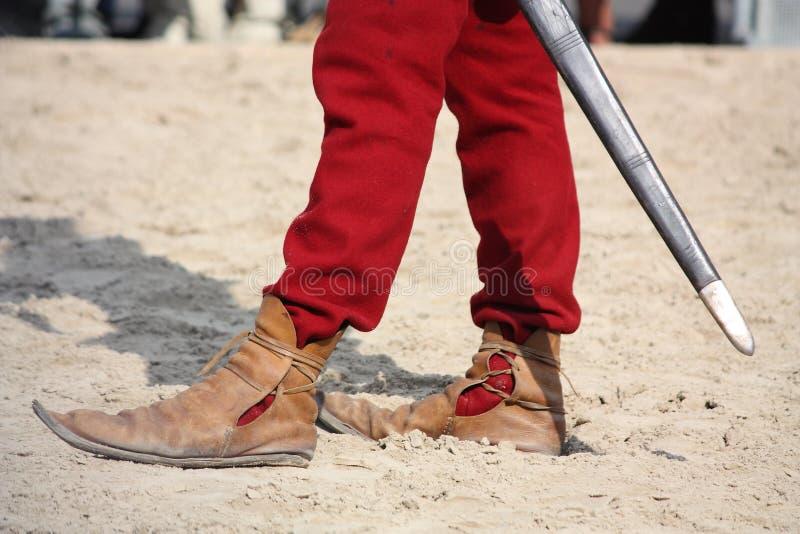 Chiuda su dell'uomo in scarpe medievali fotografie stock