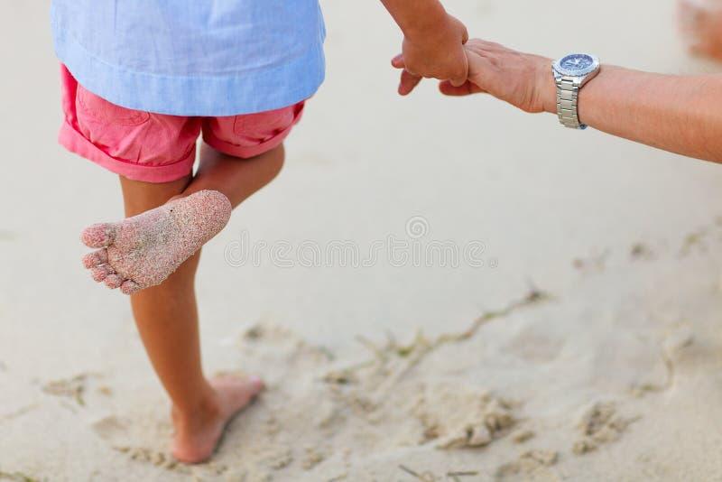 Chiuda su della bambina che sta alla spiaggia fotografia - Alla colorazione della spiaggia ...