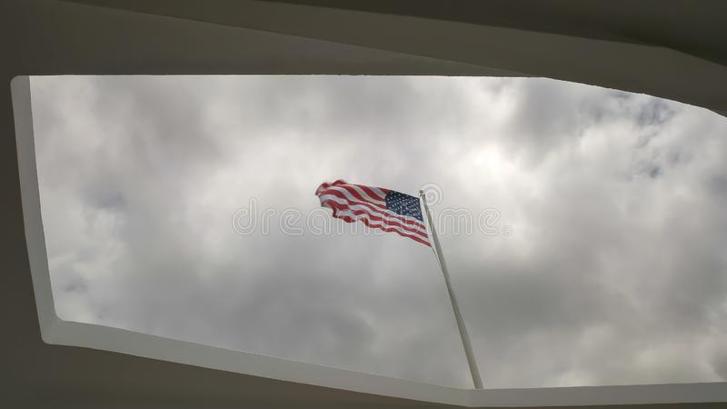 Chiuda su della bandiera degli Stati Uniti al memoriale dell'Arizona al Pearl Harbor fotografie stock libere da diritti