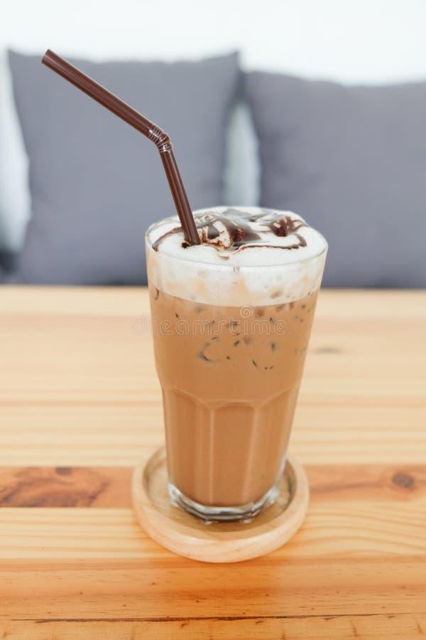 Chiuda su della bevanda deliziosa ghiacciata del caffè in caffè fotografia stock libera da diritti