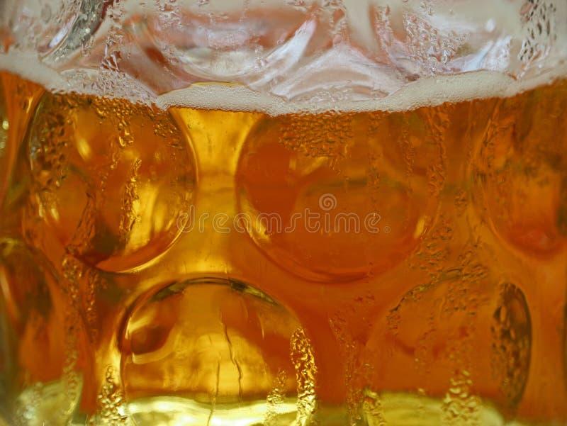 Chiuda su della birra bavarese fredda fresca, 1 litro di birra, la tazza di vetro, boccale in pietra della birra immagini stock libere da diritti