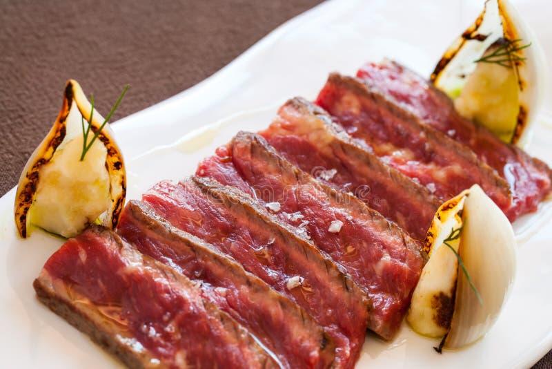 Chiuda in su della bistecca di manzo cotta affettata. fotografie stock libere da diritti