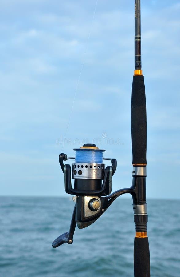 Chiuda su della bobina di pesca in una canna da pesca immagini stock libere da diritti