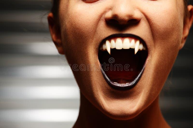 Chiuda in su della bocca della donna del vampiro fotografia stock libera da diritti