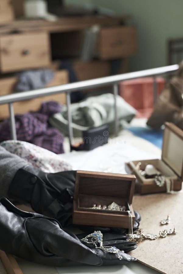 Chiuda su della camera da letto di Stealing Items From dello scassinatore durante la Camera Bre immagini stock