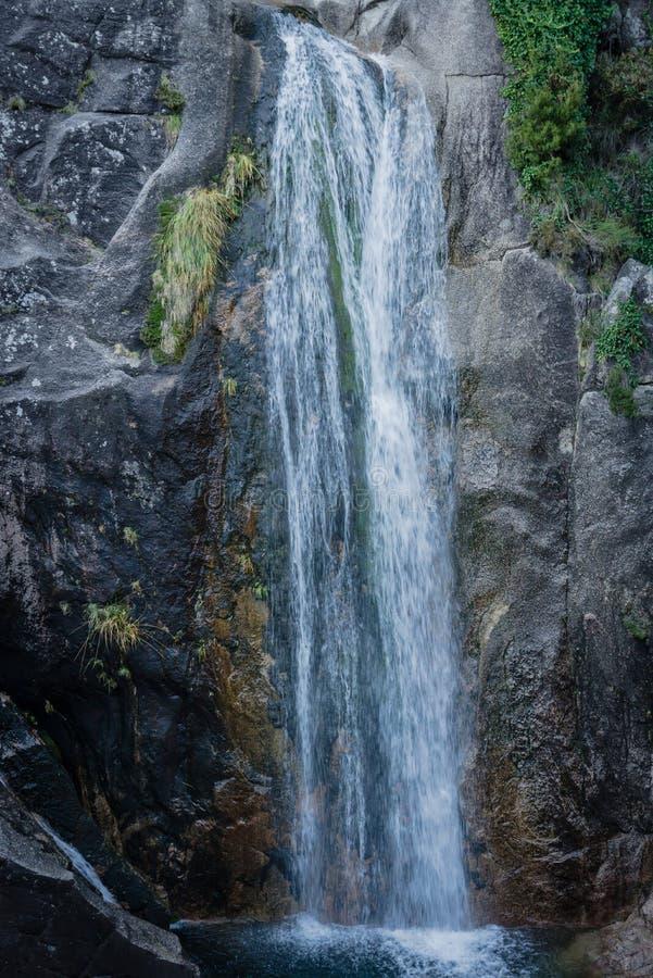 Chiuda su della cascata fra le rocce fotografie stock libere da diritti