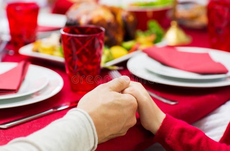 Chiuda su della cena di natale della famiglia a casa immagini stock libere da diritti
