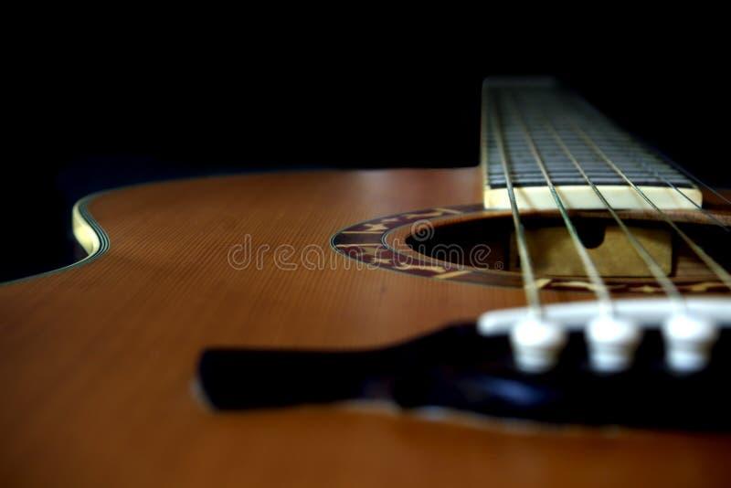 Chiuda su della chitarra acustica di legno fotografie stock libere da diritti