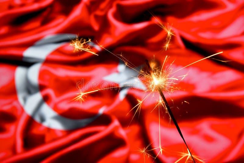 Chiuda su della combustione della stella filante sopra la Turchia, bandiera turca Feste, celebrazione, concetto del partito fotografia stock