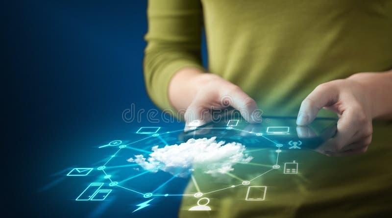 Chiuda su della compressa della tenuta della mano con tecnologia di rete della nuvola immagine stock libera da diritti