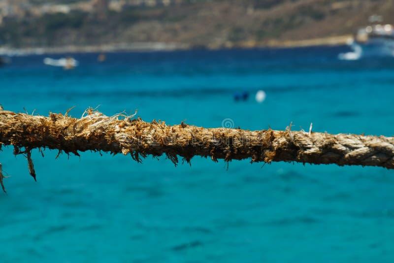 Chiuda su della corda sfilacciata alla laguna blu, Comino, Malta immagini stock libere da diritti
