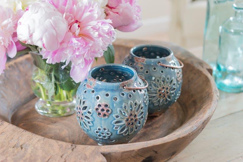 Chiuda su della decorazione e dei fiori domestici fotografia stock