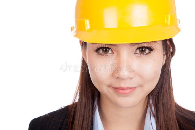 Chiuda su della donna asiatica dell'ingegnere con l'elmetto protettivo immagini stock libere da diritti