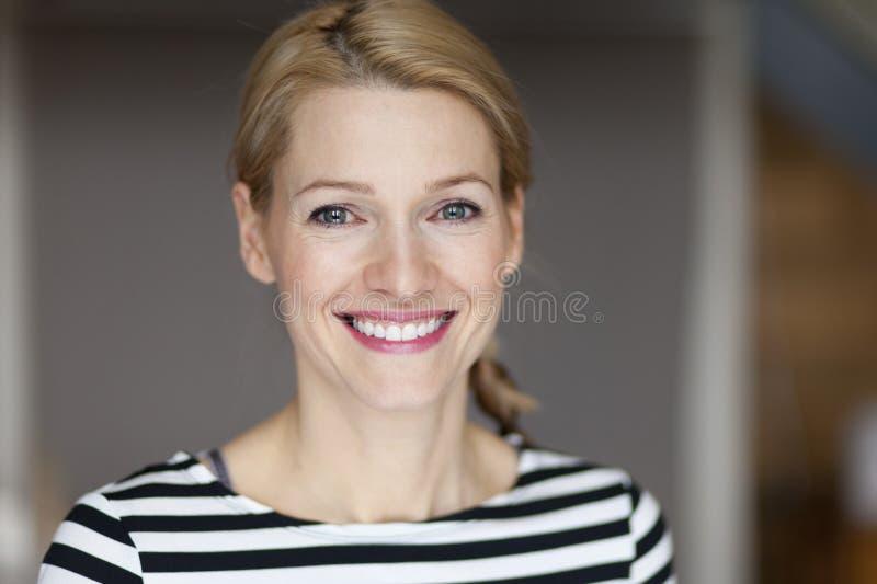 Chiuda su della donna bionda italiana sorridente di A fotografia stock