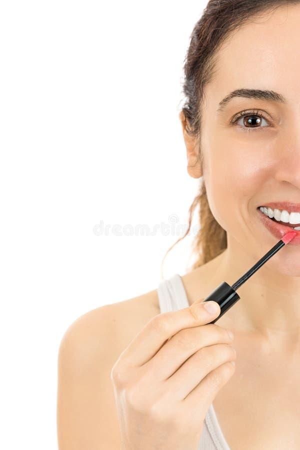 Chiuda su della donna che applica il rossetto immagini stock libere da diritti