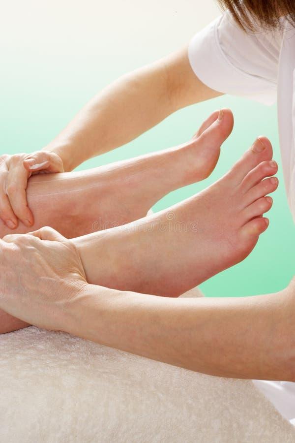 Chiuda in su della donna che ha massaggio della caviglia fotografia stock libera da diritti