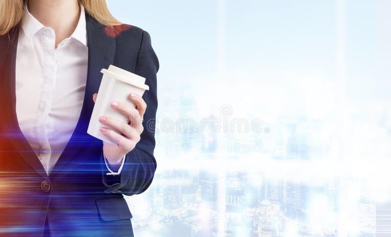Chiuda su della donna con caffè in ufficio blu immagini stock