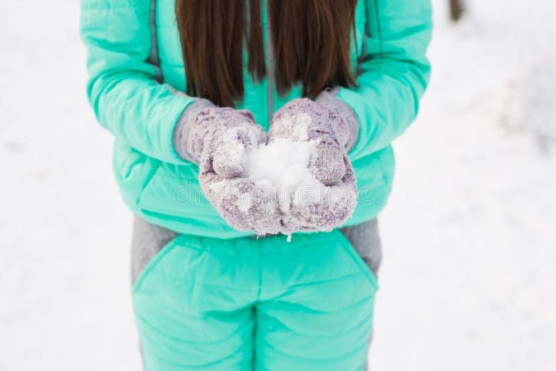 Chiuda su della donna con neve fotografie stock
