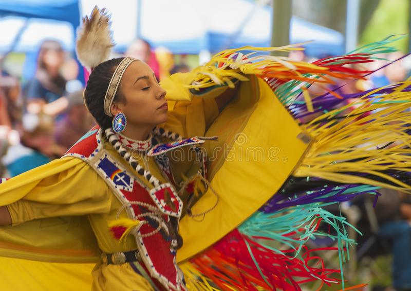 Chiuda su della donna del nativo americano di dancing fotografia stock