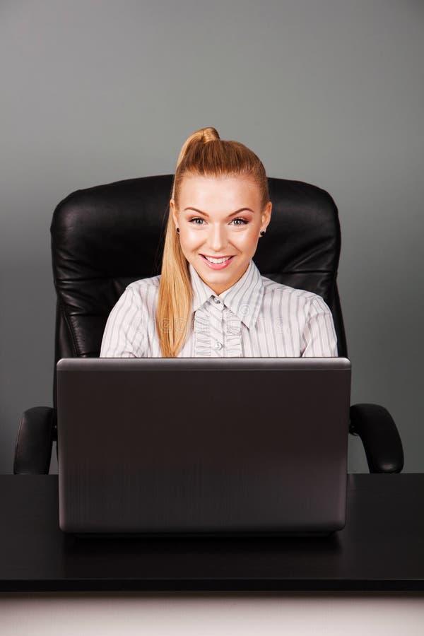 Chiuda su della donna di affari sorridente in ufficio immagine stock