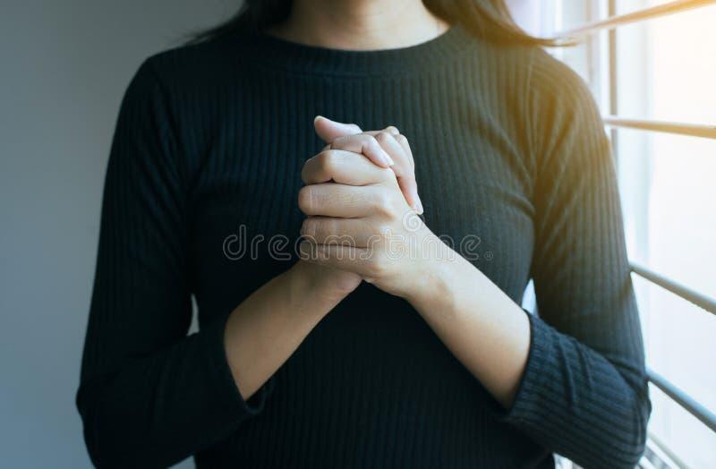 Chiuda su della donna della mano nel pregare la posizione, rispetto femminile di paga o posizioni le vostre mani insieme di pregh fotografia stock libera da diritti