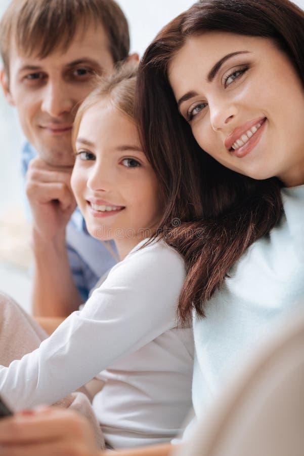 Chiuda su della famiglia felice positiva fotografia stock