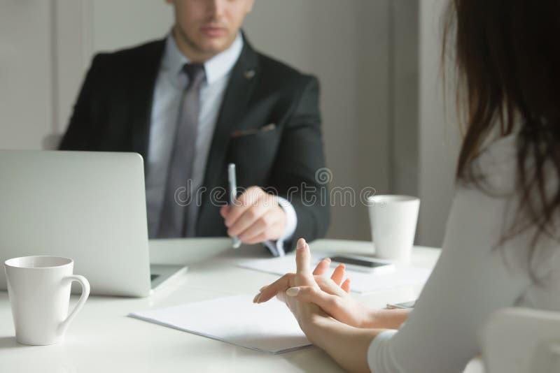 Chiuda su della gente di affari delle mani alla scrivania immagine stock libera da diritti
