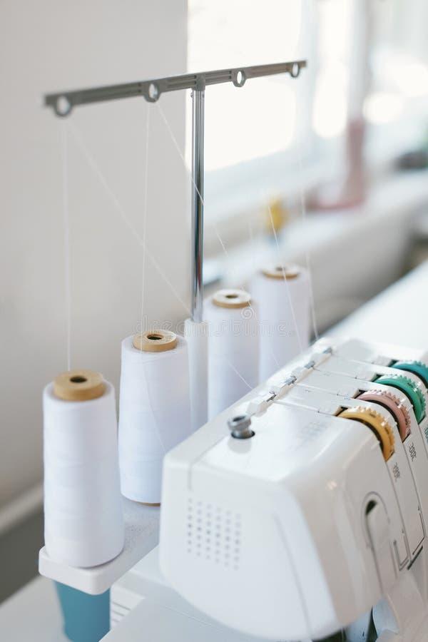 Chiuda su della macchina per cucire di Overlocking o di Serger fotografie stock libere da diritti