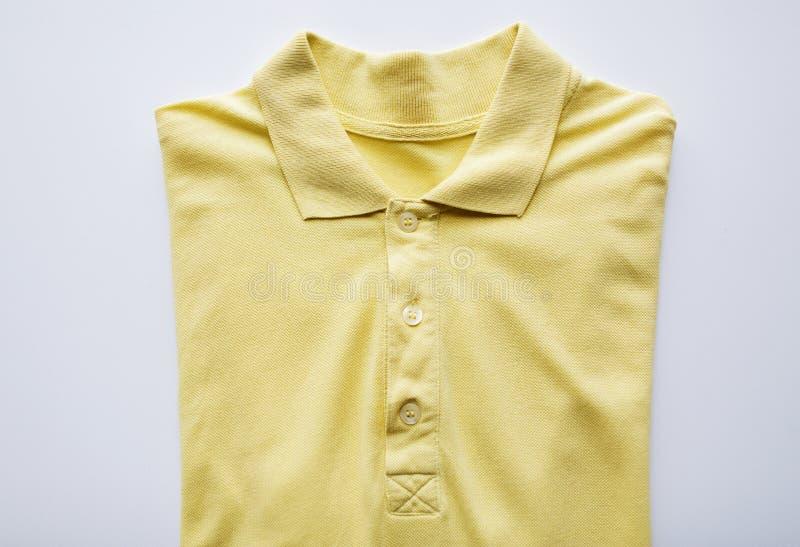 Chiuda su della maglietta di polo su fondo bianco immagini stock