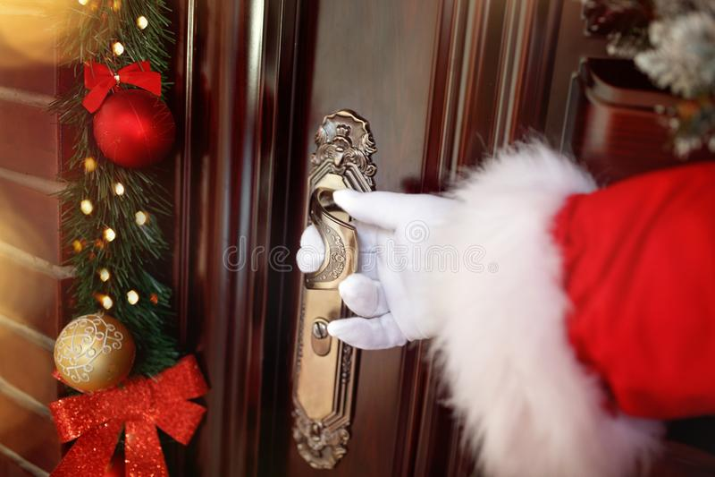 Chiuda su della maniglia di porta di natale immagini stock