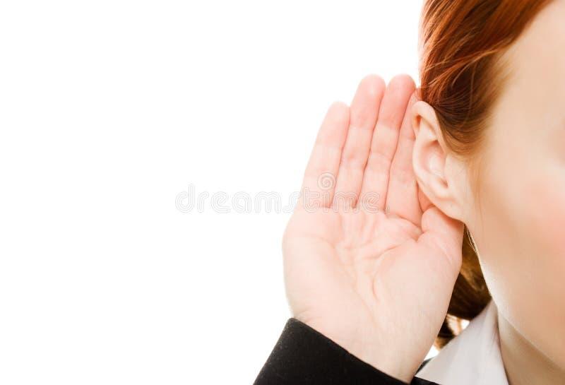 Chiuda in su della mano della donna al suo orecchio. immagine stock libera da diritti