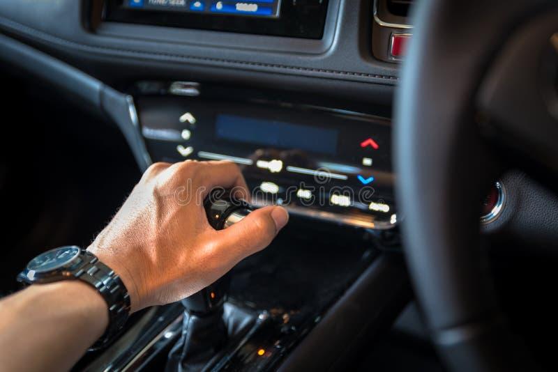 chiuda su della manopola manuale del cambio della mano per l'industriale dell'automobile concentrato fotografie stock